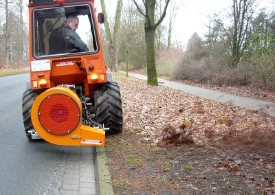 Laubblasgerät Votex LBG B20 im Heckanbau an Traktor