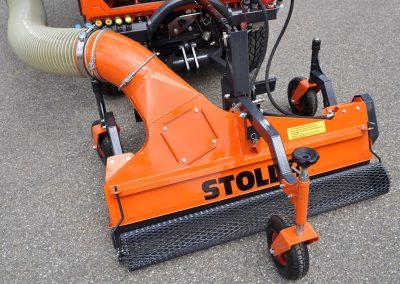 Mehrzwecksaugdüse STOLL SHV 1200 im Frontanbau an Geräteträger