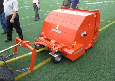 Universal-Kehrmaschine Wiedenmann TERRA CLEAN zur Rasenpflege, Laubbeseitigung und Reinigung verfüllter Kunstrasenflächen