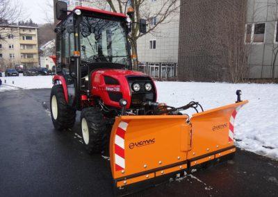 Branson 2100 mit Winterdienstausrüstung