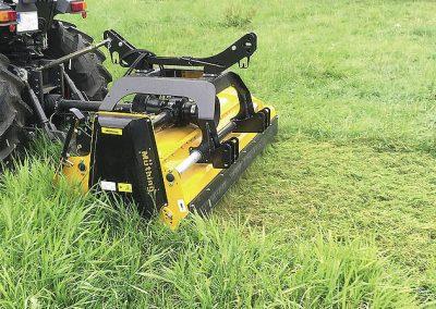 Schlegelmähwerk Müthing MU-E Vario im Heck-Anbau an Traktor
