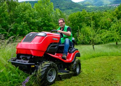 ECHOTRAK A-Serie mit Wiesen-Mulchmähwerk
