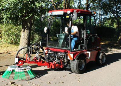 hydraulische angetriebene Wildkrautbürste an SCHELL Schmalspur-Geräteträger